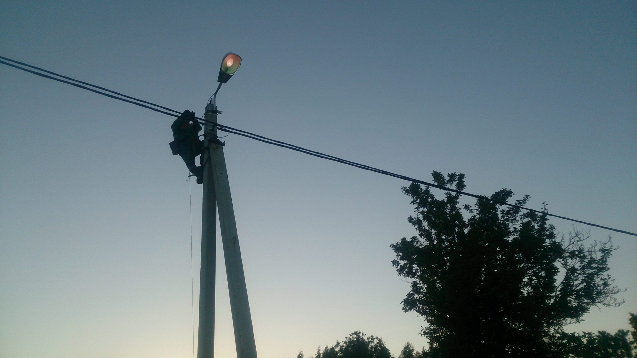 Установка уличного светильника на опору ЛЭП
